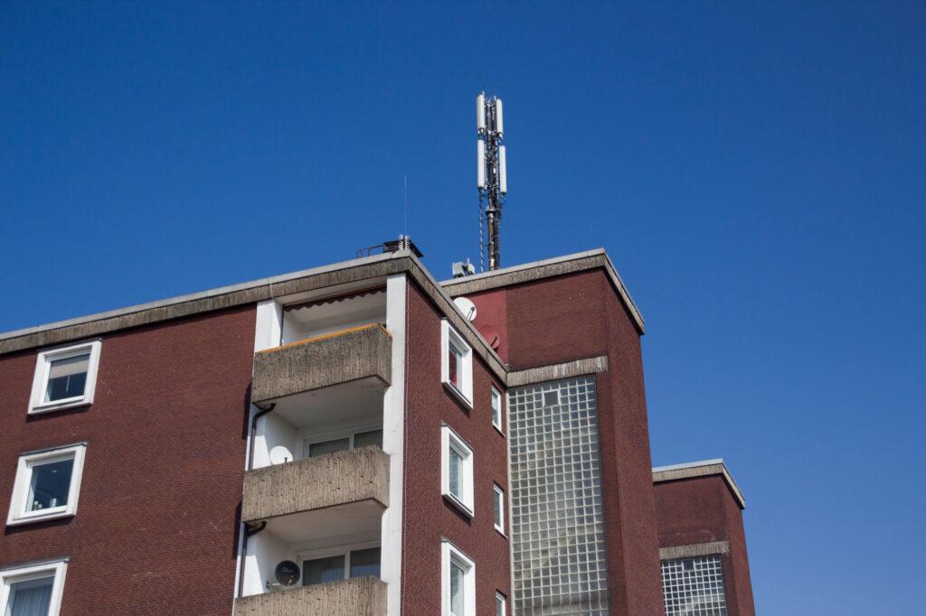 Hochhaus mit Mobilfunkmast im Münsterland